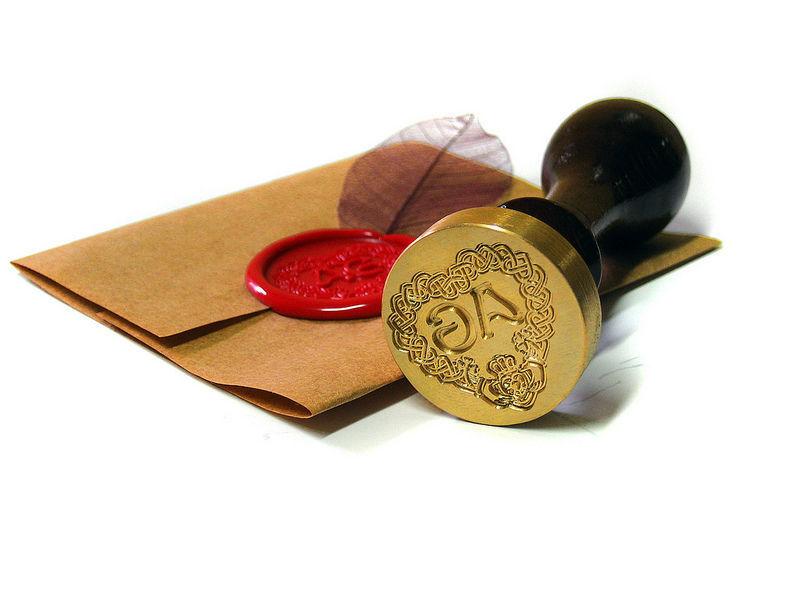Invitación y sello grabado lacradas (blanco nácar).  www.royallacre.com