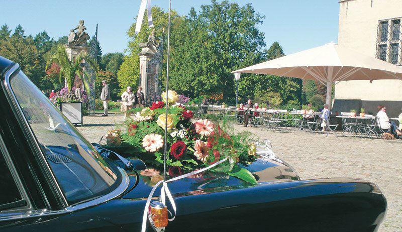 Beispiel: Hochzeitsauto auf Schosshof, Foto: Wasserschloss Lembeck.