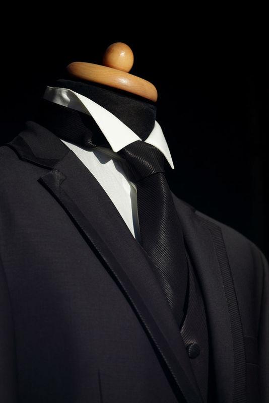 Costume sur mesure en soie avec ganse de soie sur le revers de col et cravate noire en soie