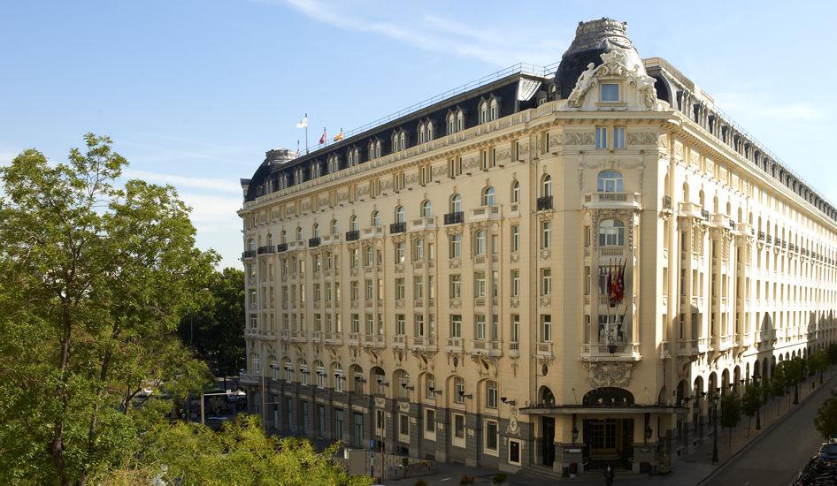 Fachada del Hotel desde la plaza de las Cortes