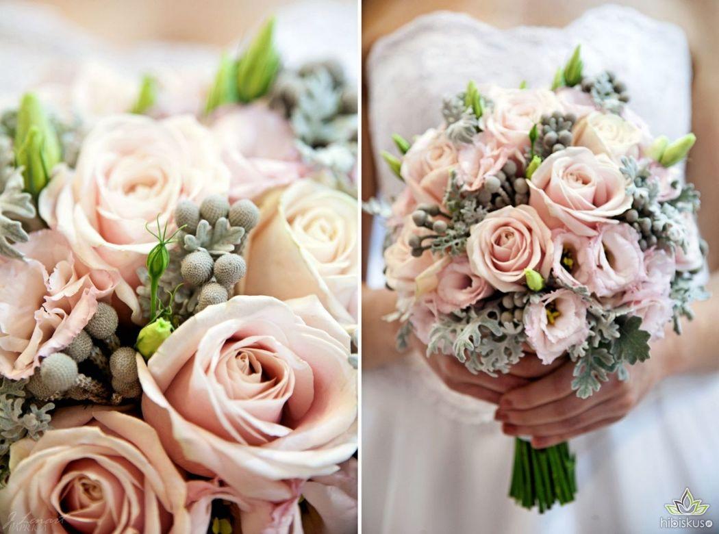 Bukiet w różowo-szarej tonacji kolorystycznej z róż, silver brunii i listków mrozu. Cena ok 280pln