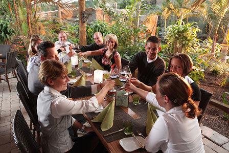 Beispiel: Pangung Gäste im Restaurant, Foto: Pangung Tropengarten und Ryokan Seeterrassen.