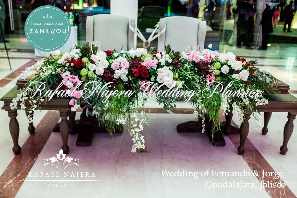 Increibles decoraciones de mesas de novios.... diseñadas exclusivamente para ti  Al contratar #RafaelNajeraEventos estás poniendo toda una fecha en nuestras manos y experiencia, ese día será la mejor oportunidad par