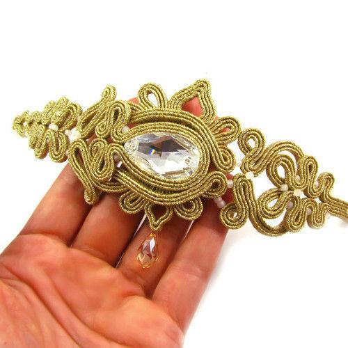 Małgorzata Sowa - PiLLow Design, Biżuteria ślubna sutasz. Ażurowa bransoleta w kolorze złota - kryształy Swarovski, kryształ górski, sutasz.