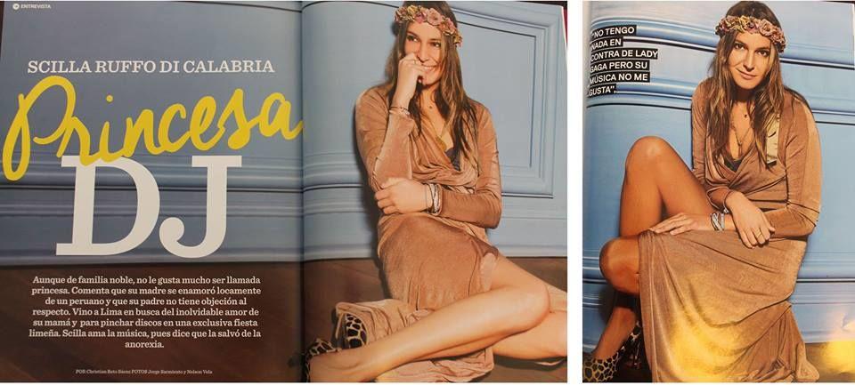 La princesa DJ Italiana luce una corona en gamas de colores con un acabado dorado casi labrado.