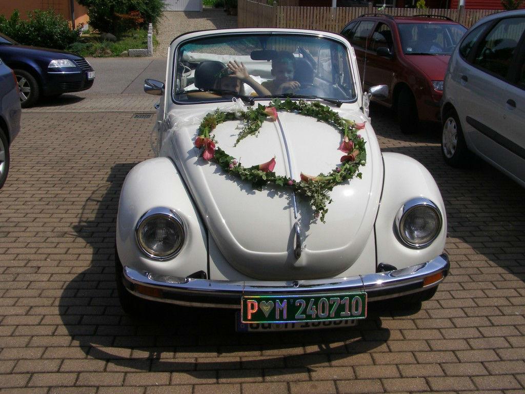 Beispiel: Blumenschmuck für das Hochzeitsauto in Herzform, Foto: Die Blume Gengenbach.