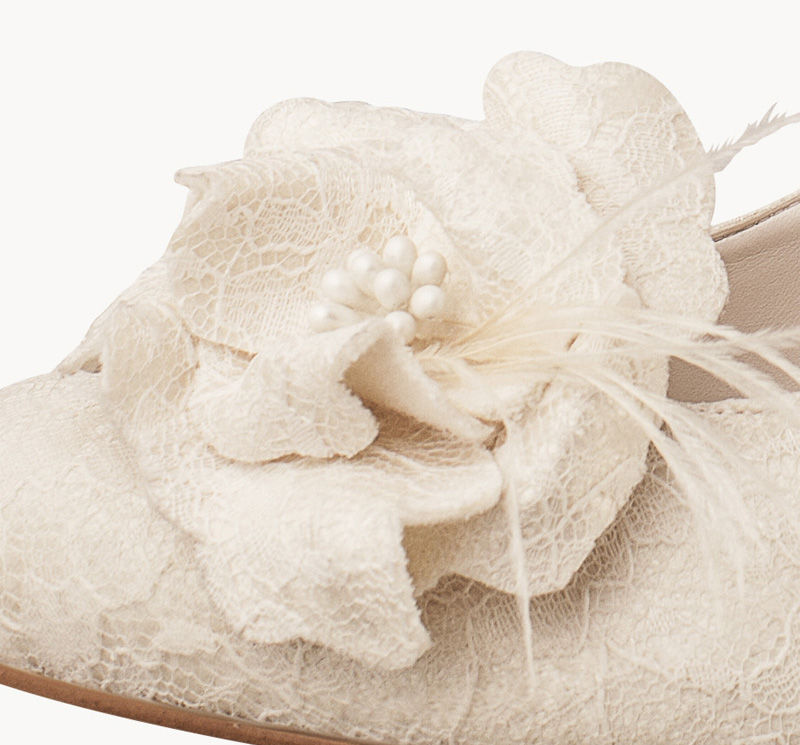 Un clavel puede ser el toque mágico a tus zapatos soñados. Flowerclips para tu zapato de novia.