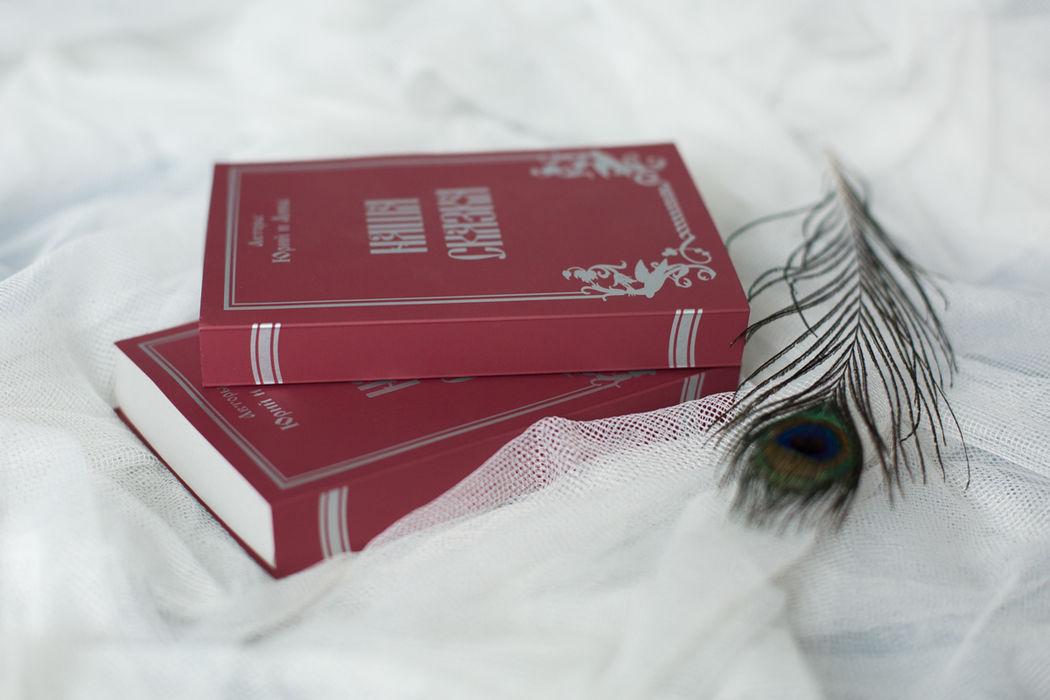 Приглашения из тактильного картона, с шелкографией серебром и объемными деталями.