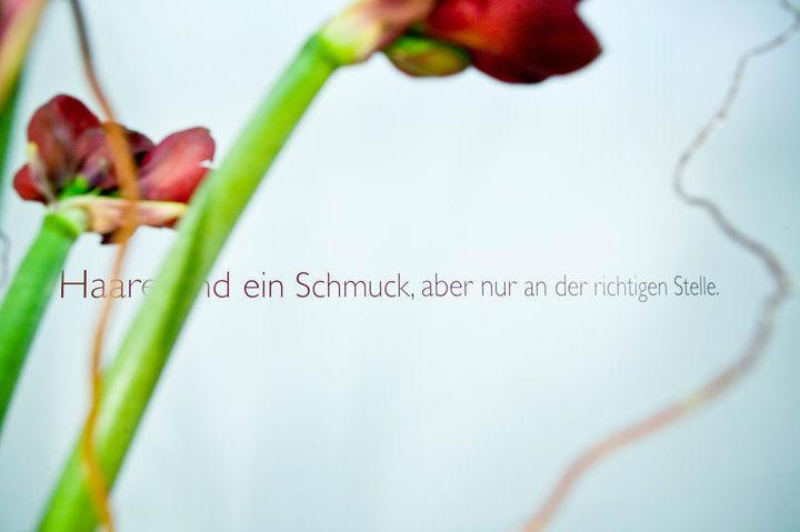 Beispiel: Haarschmuck an der richtigen Stelle, Foto: Wax in the City Berlin Mitte.