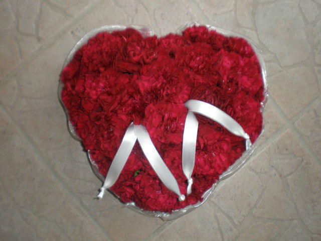 Beispiel: Blumengesteck in Herzform mit roten Rosen, Foto: Blumenstudio Marzahn.