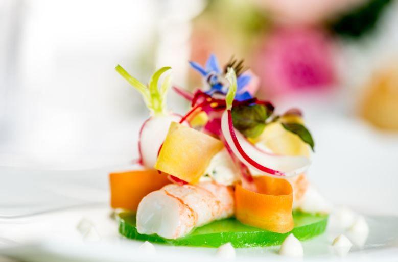 Langoustines pochées, gelée de pomme granny, crème montée à la coriandre, pétales de légumes et perles de choux fleur