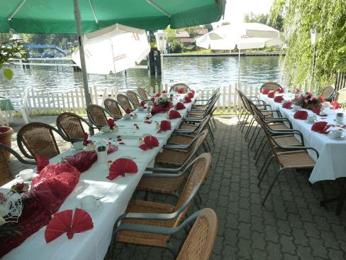 Beispiel: Festtagstische auf der Terrasse, Foto: Restaurant Liebesquelle.