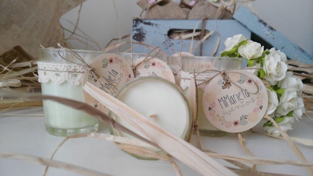 Vela con perfume de manzana en vasito de cristal. Está hecha con cera de soja y de palma.