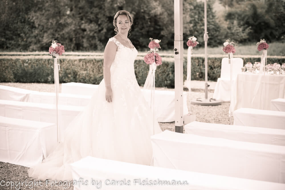 Beispiel:Die Braut wartet auf ihren künftigen Mann vor der Aussenzeremonie,Foto:Carole Fleischmann Fotografie