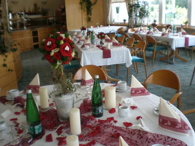 Beispiel: Tischdekoration mit roten Rosenblättern, Foto: Blumenstudio Marzahn.