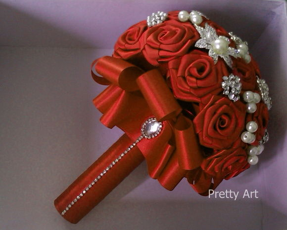 Buquê vermelho, rosas cetim  e broches