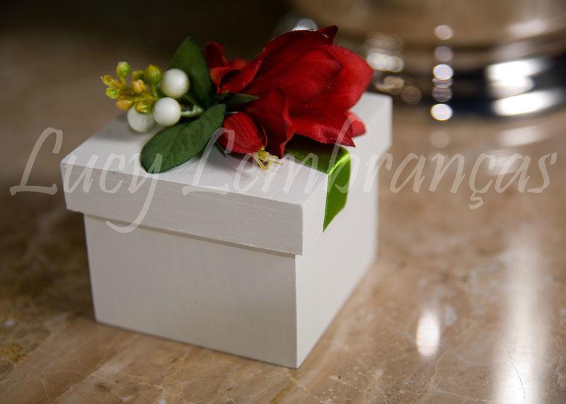 caixa 5x5x5 cm em mdf pintada com arranjo de flores.