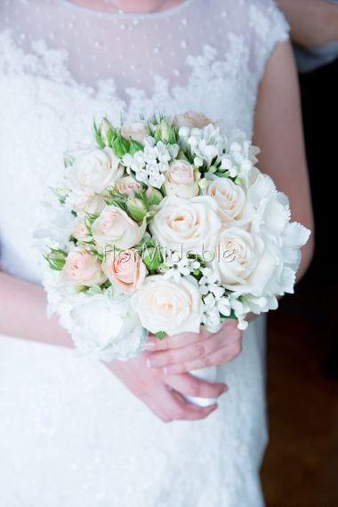 Bouquet romantico con roselline e piccoli fiori primaverili - Ph. Studio LorYle