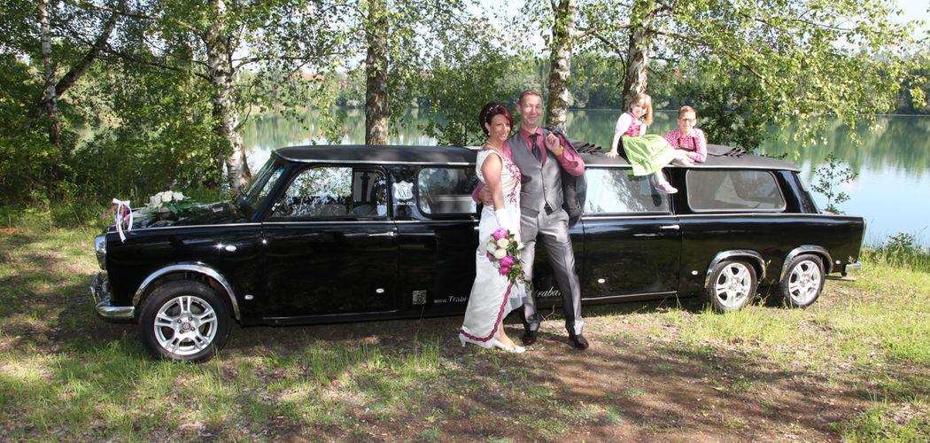 Das edel-schwarze Trabant Hochzeitsauto beim Fotoshooting am See.