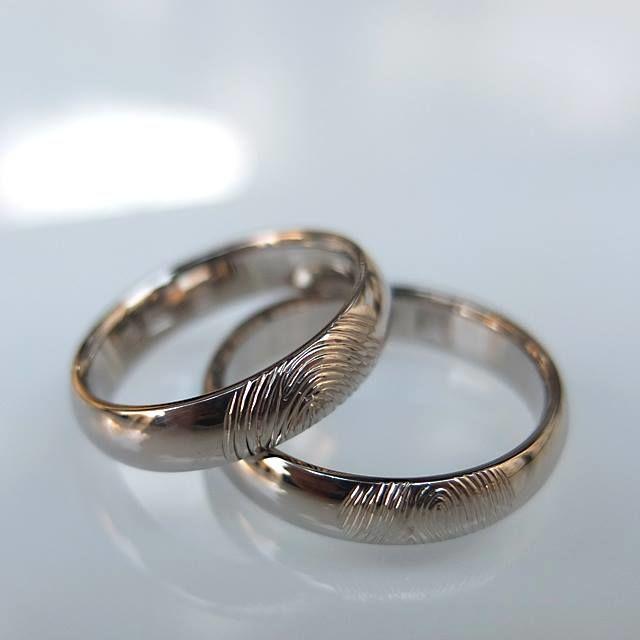 Obrączki z białego złota z odciskami palców. http://waszeobraczki.pl/ pytania o cenę proszę kierować na: waszeobraczki@gmail.com