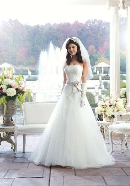 Beispiel: Brautkleid, Foto: Schwarz Braut- und Eventmoden.