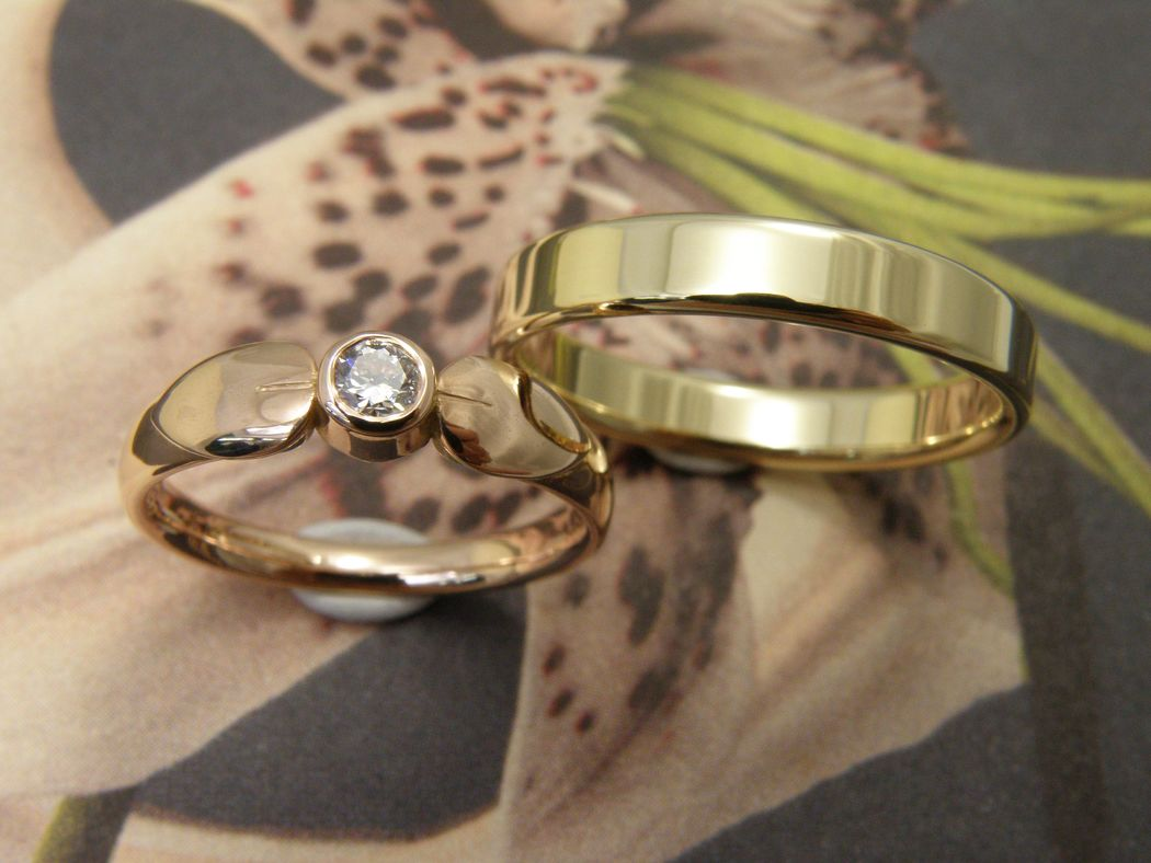 * roodgouden ring met 2 blaadjes taps verlopend met 0,15 crt briljant geslepen diamant  * geelgouden vlakke ring met bolle zijkanten  * trouwringen uit het Oogst atelier