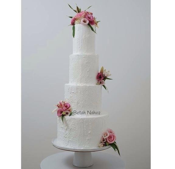 Tower Cake, um majestoso bolo de porte para casamentos clássicos.  Revestido com o verdadeiro buttercream.