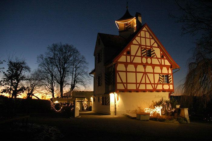 Beispiel: Außenansicht bei Nacht, Foto: Die Falkenburg.