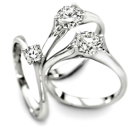 Beispiel: Zum Antrag der passende Ring, Foto: Die Trauringe.