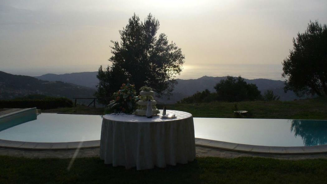 Tenuta Il Pilaccio nel Cilento - la torta in piscina al tramonto