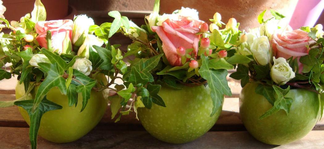 Composizione fiori-mela
