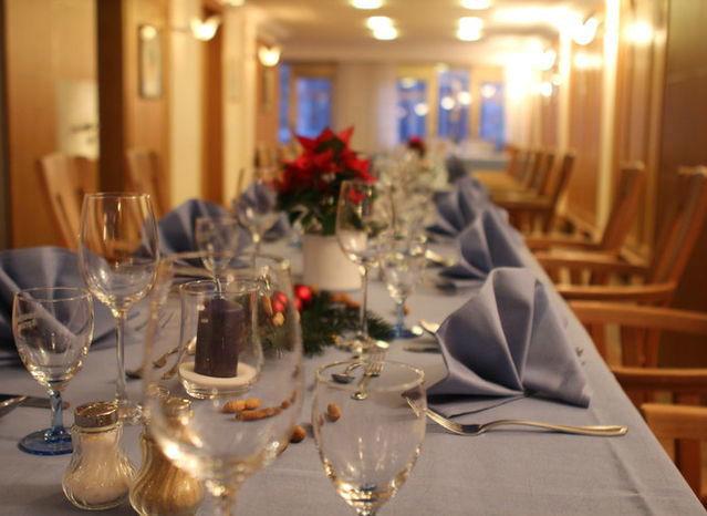 Beispiel: Eingedeckte Tafel, Foto: Restaurant & Weinstube Heiliggeist Stüble.