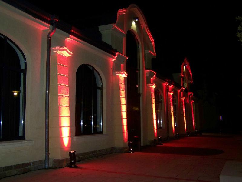 Beispiel: Beleuchtete Fassade, Foto: Reithalle Rastatt.