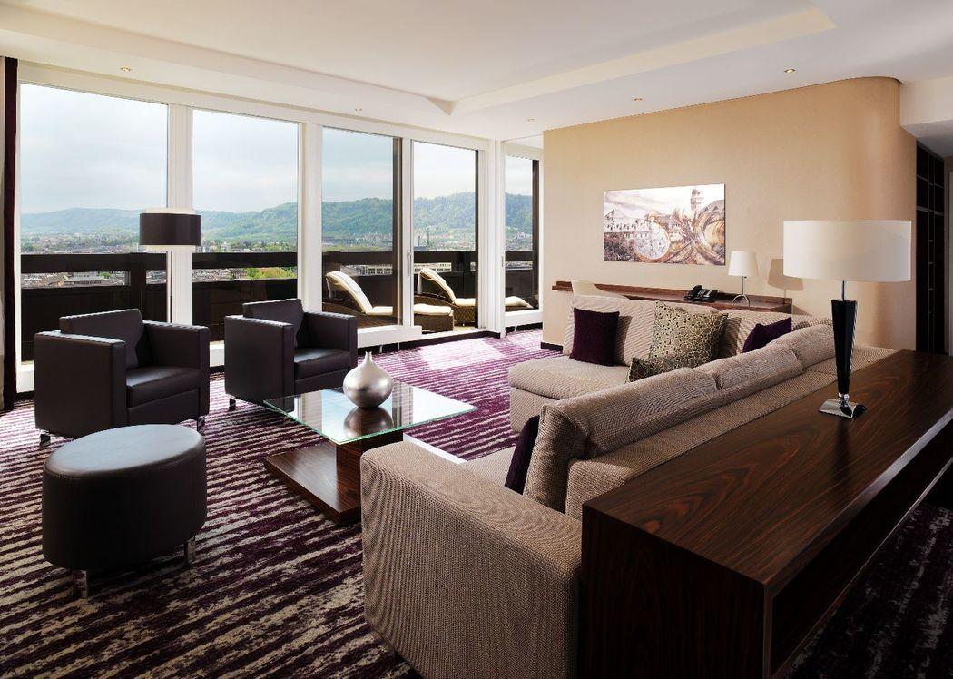 Unsere Panorama Suite bietet eine wunderschöne Sicht auf die Stadt und die Schweizer Berge.
