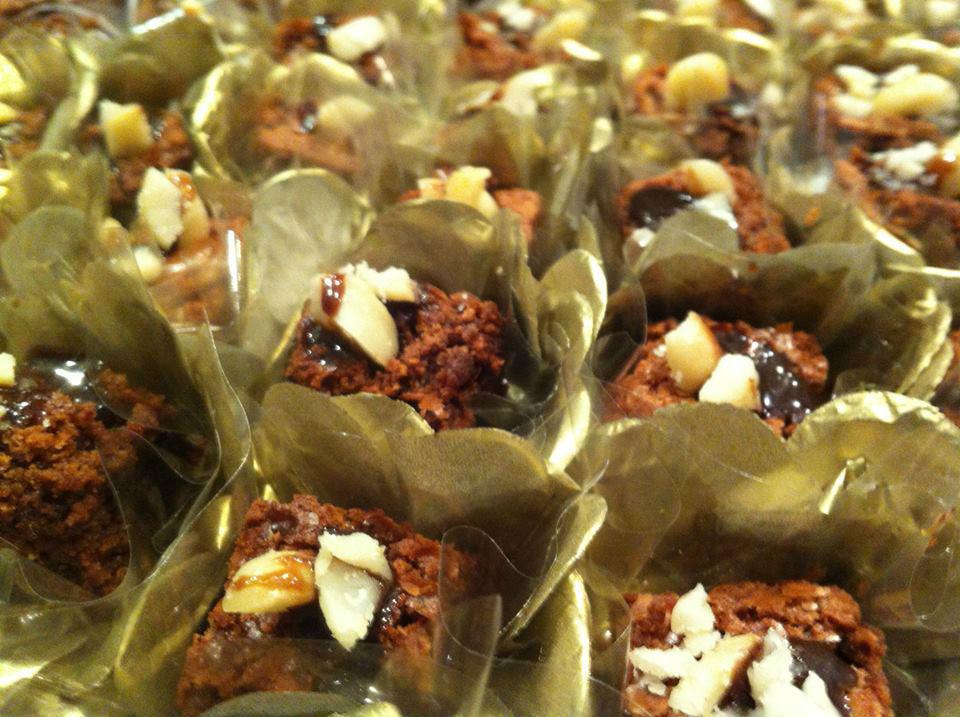 Brownie gourmet com cobertura de macadamia e calda negra