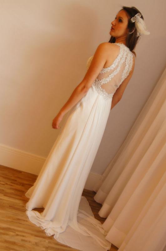 Vestido vintage com transparência nas costas e bordados e brilhos.