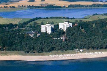 Beispiel: Hotel aus der Luft, Foto: Cliff Hotel Rügen.