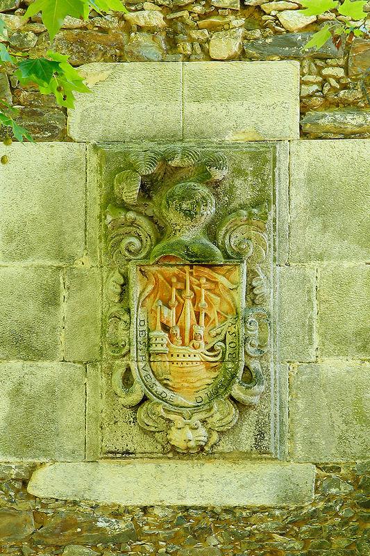 """Escudo en fachada con el lema """"Después de Dios, a Vos"""