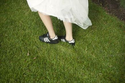 Beispiel: Braut mit Sneakers während des Fotoshootings, Foto: Finest Wedding Photography