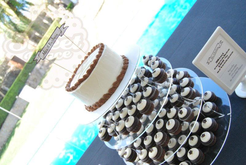 Torre de cupcakes, coronada por una tarta, sustituyendo a la clásica tarta de bodas. Una opción ideal, para que cada invitado tome las raciones que desee.