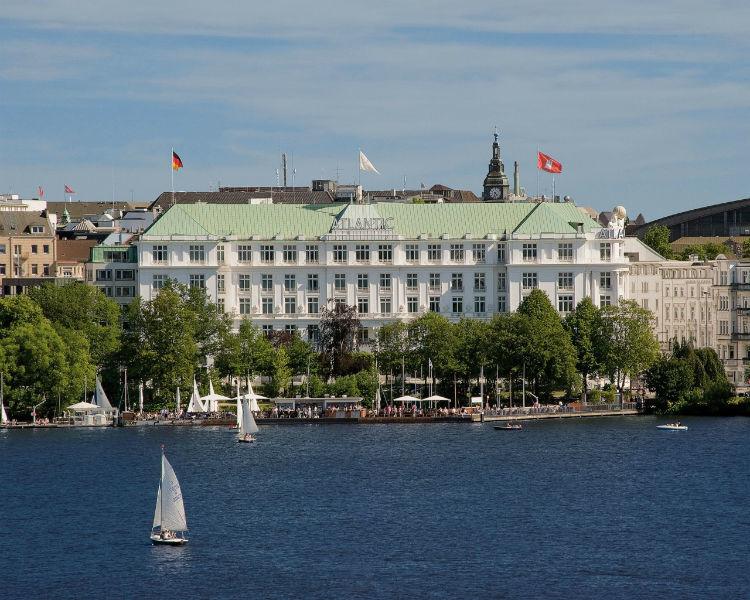 Beispiel: Hotel Frontansicht, Foto: Hotel Atlantik Kempinski.