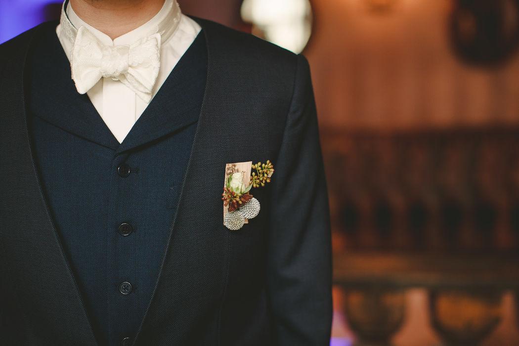 Costume 3 pièces Bleu Marine, veste de costume sans revers, Nœud Pap' en dentelle et chemise col Mao blanche Réalisation : Sur Mon 31