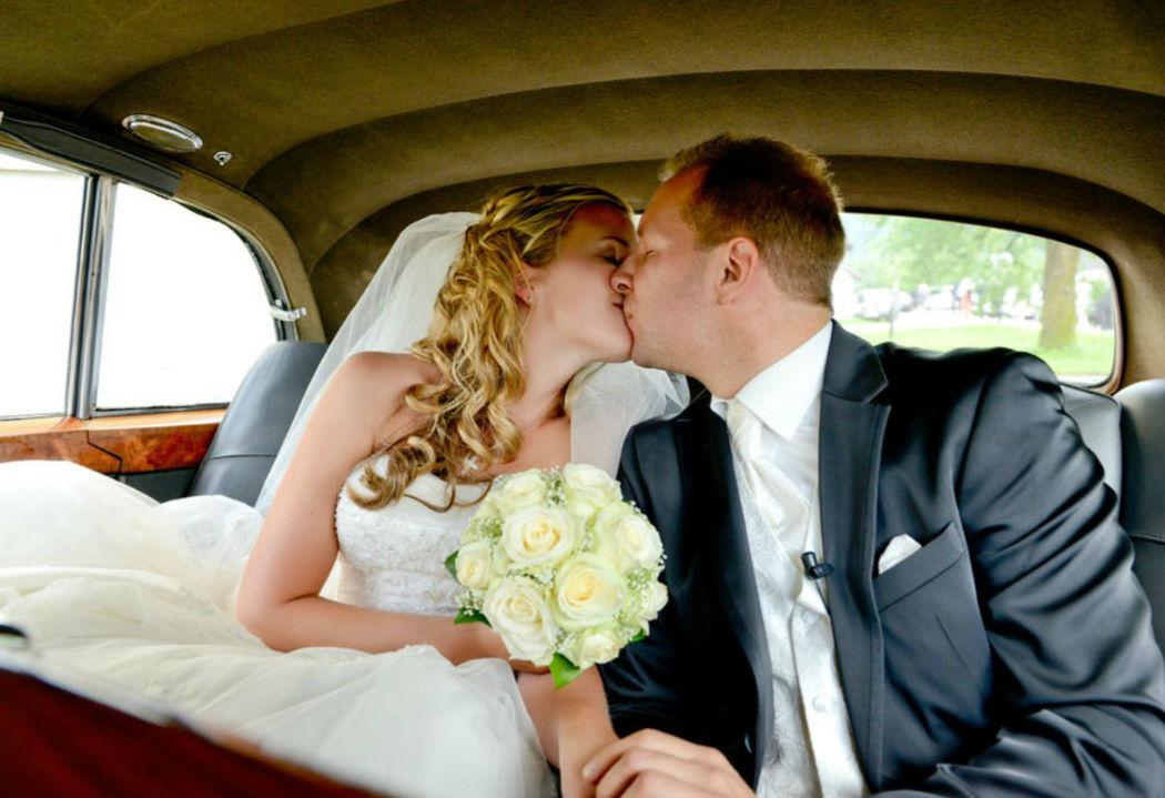 Beispiel: Hochzeitskuss, Foto: Rolls Royce Silver Cloud.