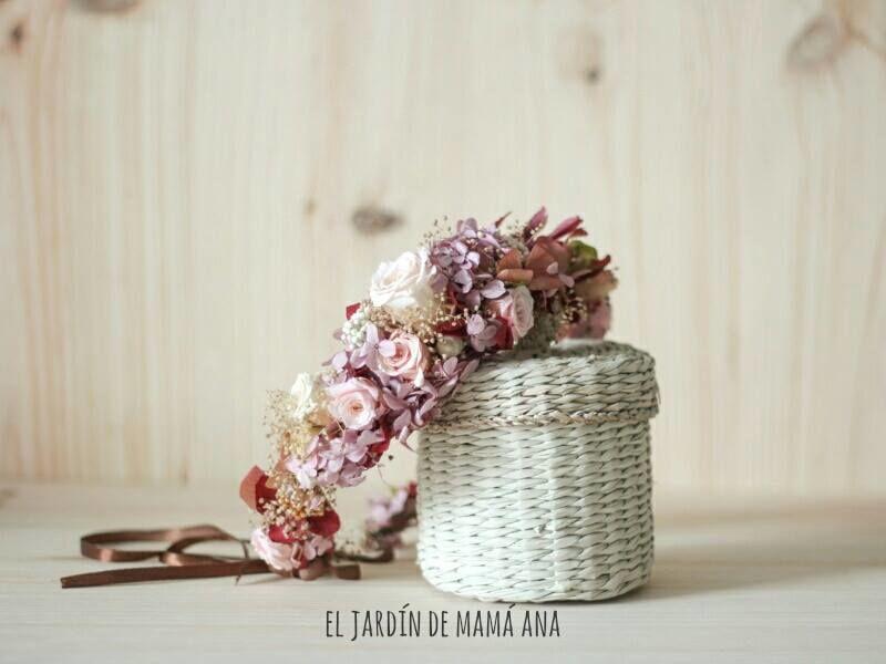 Tocados de flor preservada hechos a mano y personalizados para nuestras novias e invitadas.
