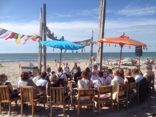 Duitse huwelijksvoltrekking op het strand in 's Gravenzande bij