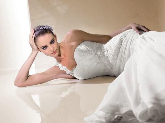 Beispiel: Hochzeitskleid, Foto: Lumi Brautmoden.