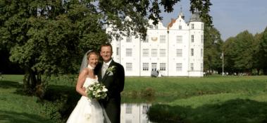 Beispiel: Brautpaar vor dem Schloss, Foto: Schloss Ahrensburg.