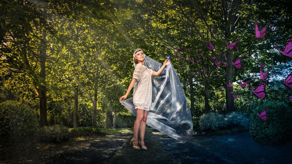Robe en satin rose poudré, blouse en dentelle. Coiffe : Claire Sautès pour Virginie Sauvadet. Crédit photo : Julien Bruhat