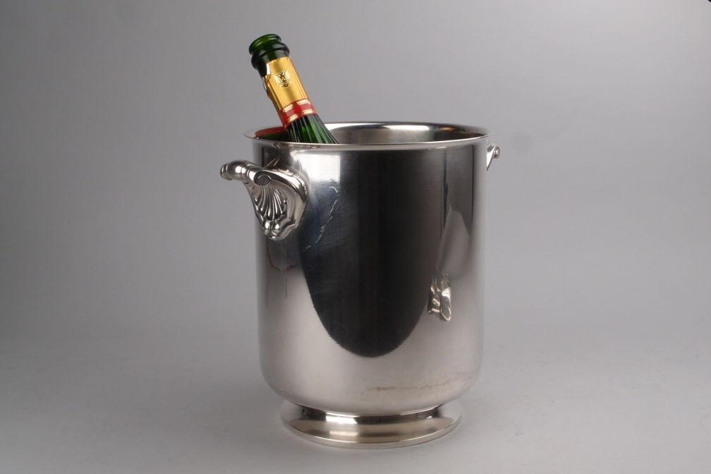 Seau à champagne en métal argenté. Modèle coquille, Orfèvre Christofle à Paris.