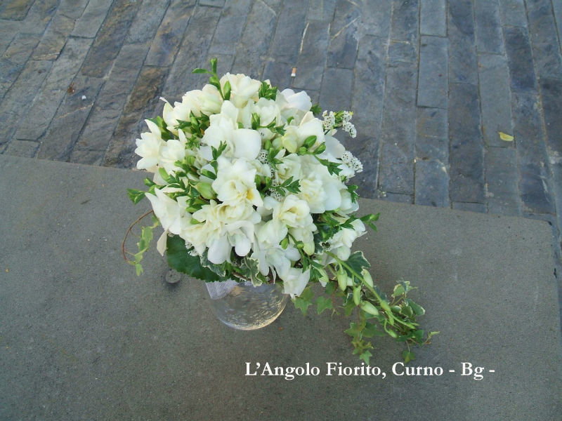 L'Angolo Fiorito, Curno (Bg): bouquet cascante #Fiorista #matrimonio #Bergamo